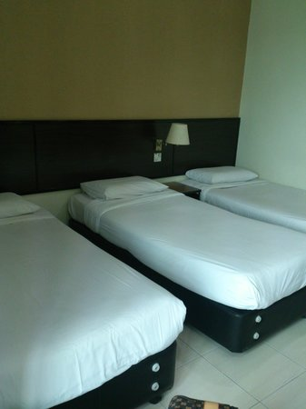DJ Citi Point Hotel: the room that we stayed,triple bed room