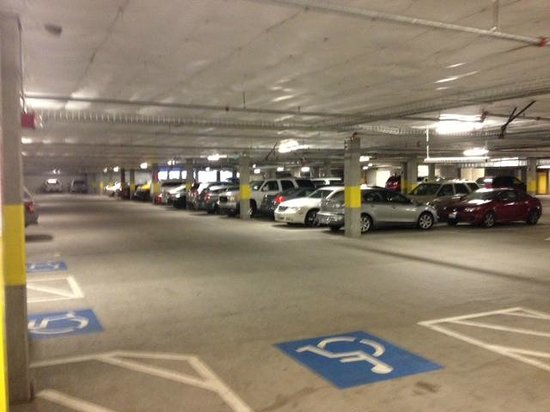 Hilton Vancouver Washington: downstairs parking garage