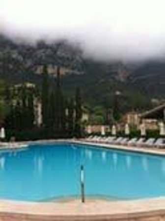 Hotel La Residencia by Orient-Express: La Residencia - pool and mountains