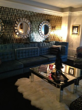 Carlton Hotel, Autograph Collection : Diva Suite wall to wall sofa