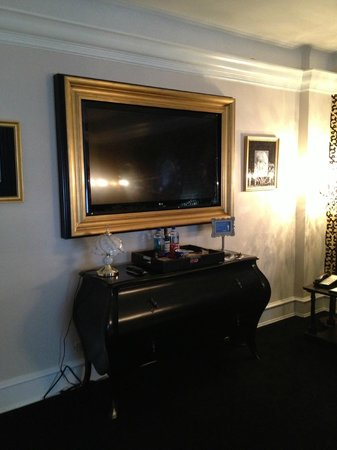 Carlton Hotel, Autograph Collection : TV in living room