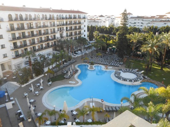 H10 Andalucia Plaza: Pool area