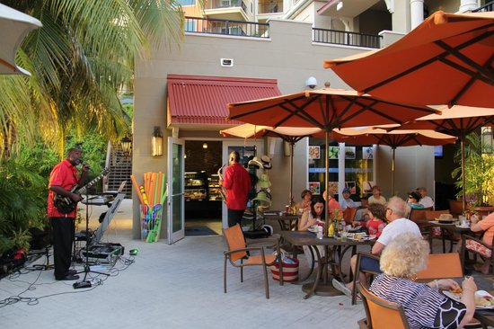 Marriott's Frenchman's Cove: Sunday evening entertainment at Sunset Cove Poolside Bar & Grill