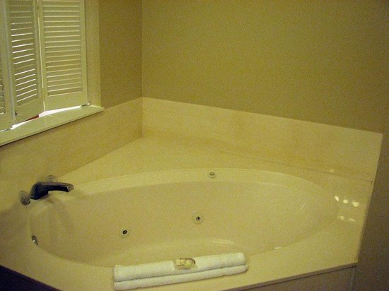 Wyndham Ocean Walk: Whirlpool tub just off Master Bedroom.