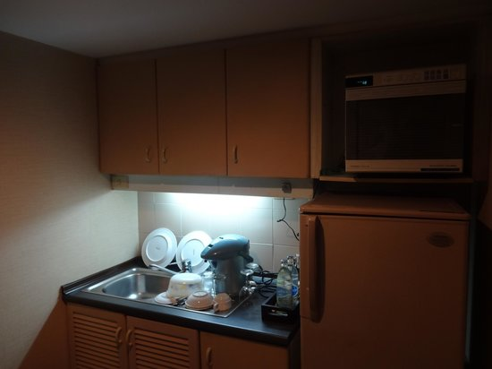 Royal President Bangkok: Mini kitchen in our room
