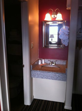 Harvest Drive Family Inn: Newly Upgraded to Granite Vanity Sinks, Mirrors and Bath lights