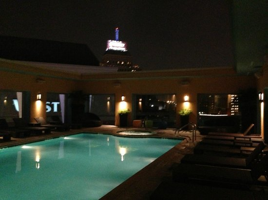 Hotel Contessa: Pool area at night