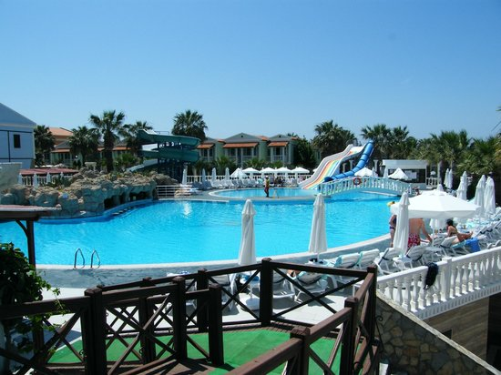 Club Tarhan Tatil Köyü: Main pool with flumes and water bar.