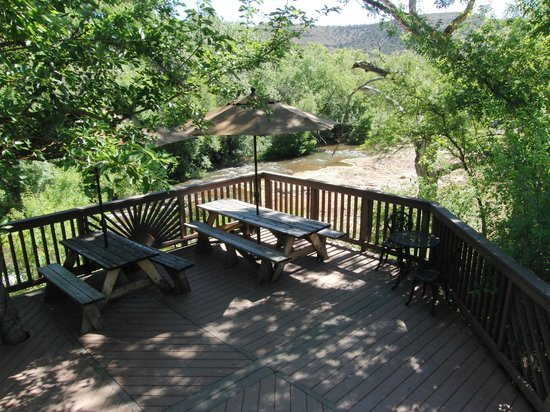 Cornville, AZ: Enjoy a picnic lunch  the Oak Creek deck!