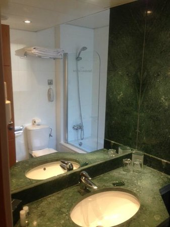 Barcelona Universal Hotel: Bathroom