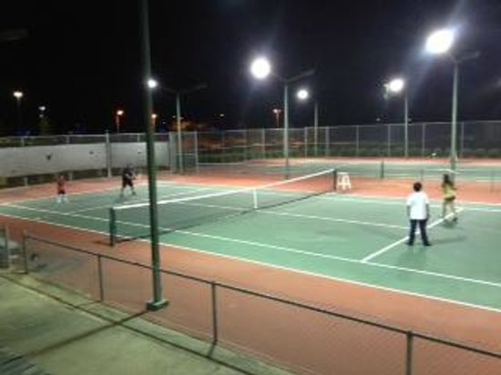 La Torretta Lake Resort & Spa: Tennis courts at night