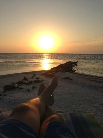 Hatchet Caye Resort: Sunset reading