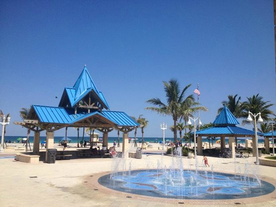 Hollywood Beach Coral House: Charnow Park is only 5 minutes from The Coral House ~ Kids cant get enogh of the water fountain