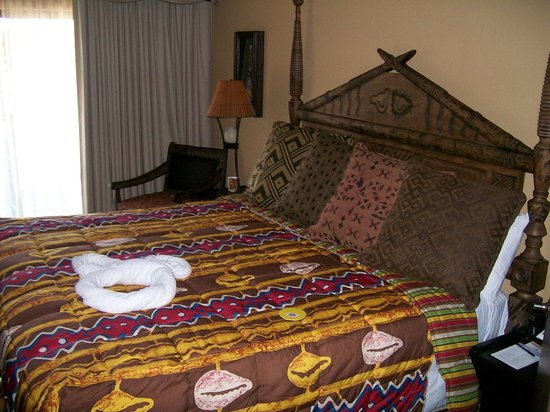 Disney's Animal Kingdom Lodge: bed in master bedroom