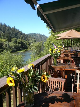 Highland Dell Lodge : patio dining on the river