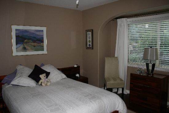 West Kelowna, Canada: Welcome to our very affordable Garden Room