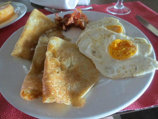 Barcelo Bavaro Beach: Breakfast-crepes and eggs from grill.