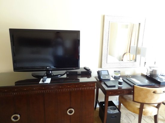 Waldorf Astoria Orlando: TV and Desk