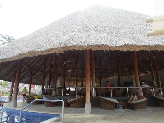 Barcelo Bavaro Beach: Pool bar, not swim up.