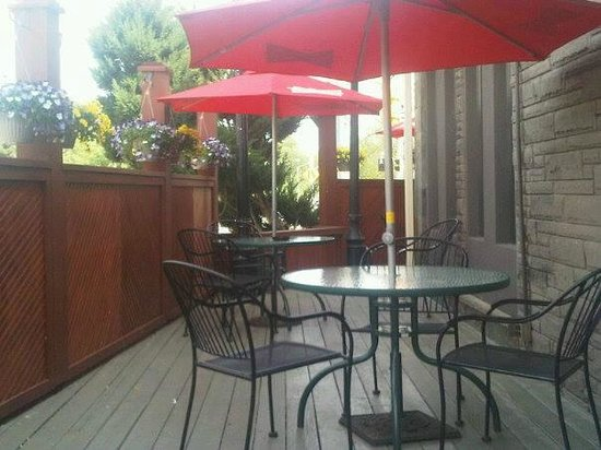 Cambridge, Kanada: A sneak peek of the gorgeous patio at the Q