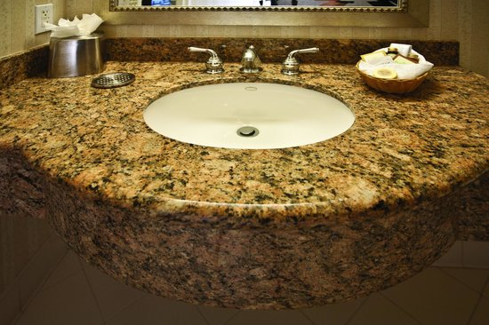 Bay Landing Hotel: Sink and amenities