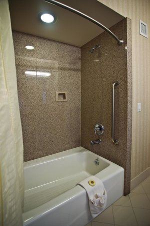 Bay Landing Hotel: Shower