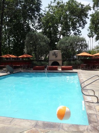 Beverly Garland's Holiday Inn : Beautiful pool area!