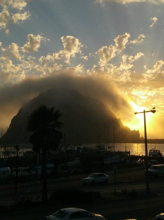 Front Street Inn & Spa: Morro Rock at sunset