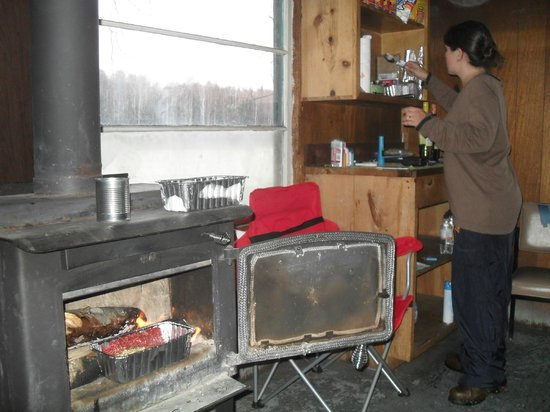 Wasilla, AK: Wood stove, nice table, 4/5 person sleeping platforms - 2 up top, 2 or 3 on bottom.