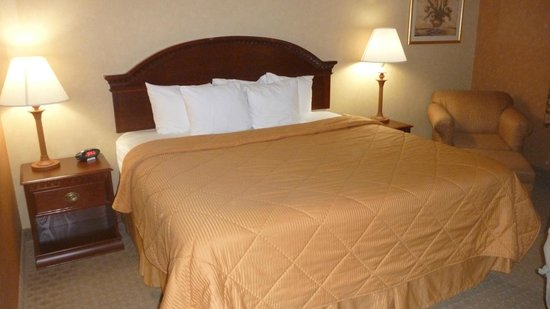 Cheektowaga, NY: King size bed that was comfortable, along with good pillows