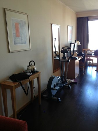 Hotel Tryp Oriente - Lisboa: Elliptical machine in room!