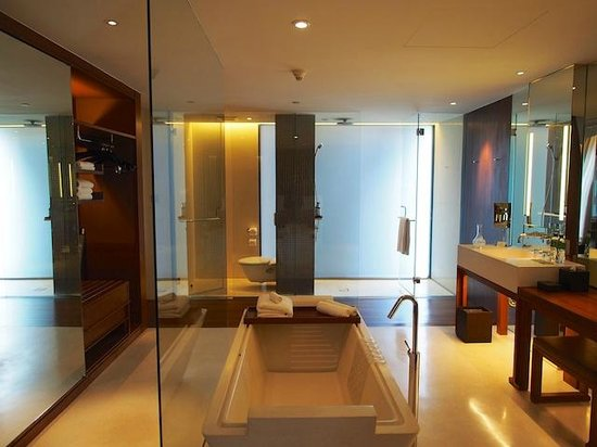 Hansar Bangkok: view of the bathroom