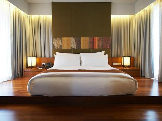 Hansar Bangkok: bed (watch out for that step)