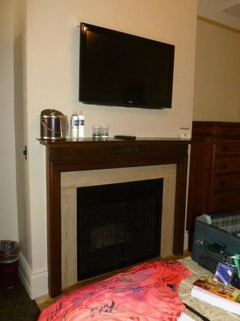 The Horton Grand Hotel and Suites: Fireplace and flat screen