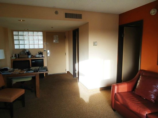 Radisson Suites Tucson: Standing on balcony looking to door. Bedroom 1st R, Bath 2nd R