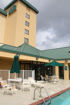 La Quinta Inn & Suites Virginia Beach: Hotel from the Pool