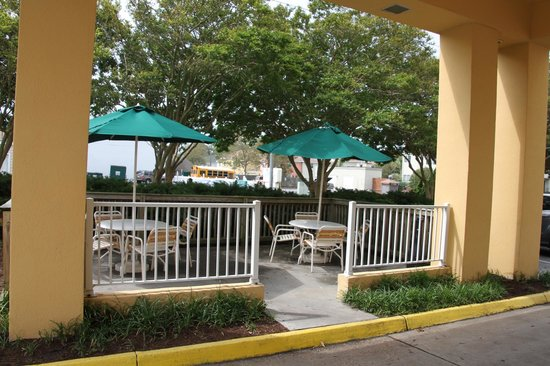 La Quinta Inn & Suites Virginia Beach: Smoking area