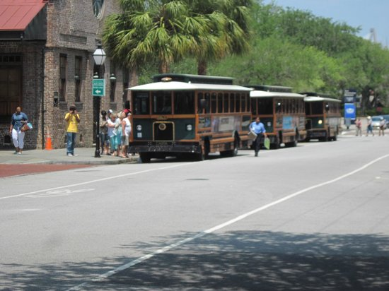 Hampton Inn Charleston - Historic District: Trolley stop at Visitor Center