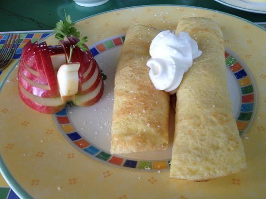 Summerland, Canadá: Crepes!  With the quail carved from an apple