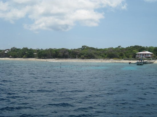 Utila, ฮอนดูรัส: view of resort from water
