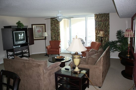 Myrtle Beach Barefoot Resort: The spacious living area and door to deck