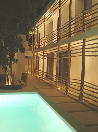 Hotel Latino: By night