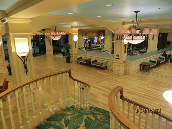 Wyndham Lake Buena Vista: Looking down @ lobby, coffee shop area