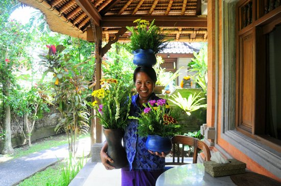 ‪‪Kebun Indah‬: Ibu Molly actually balances all these vases laden with flowers!‬