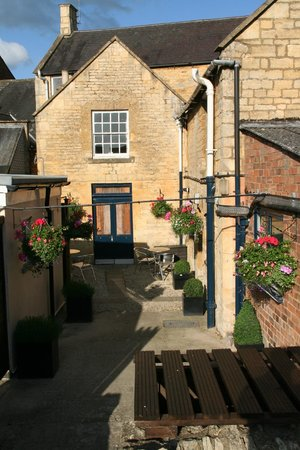 Moreton-in-Marsh, UK: evening sun in the courtyard