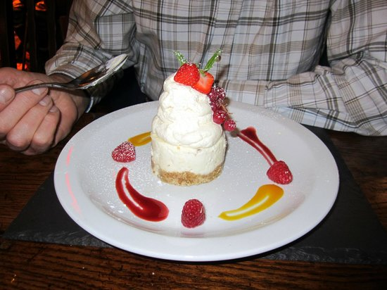 Caernarfon, UK: Hubby's Barra Brith Cheesecake with a fruit coulis topping