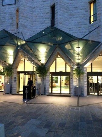 Inbal Jerusalem Hotel: Outside the Inbal entrance