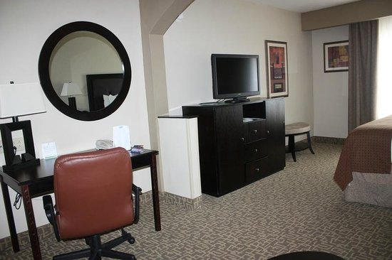 Holiday Inn Hotel & Suites Beaufort: Beaufort Holiday Inn desk and TV