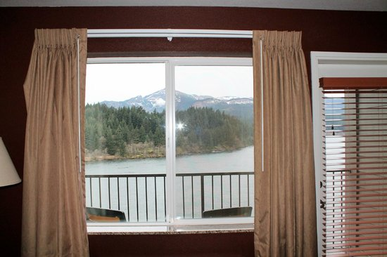 Cascade Locks, OR: Get a balcony room