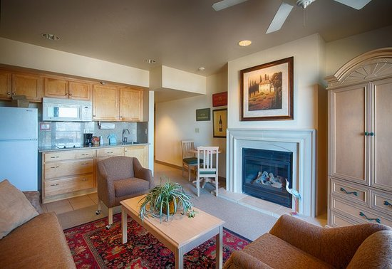 Beach House Inn and Suites: Suite with fireplace great for those romantic getaways